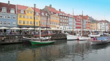 Ship traffic at Nyhavn canal in Copenhagen — Stock Video