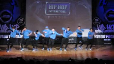 Sabotage crew dances hip-hop on scene of palace of culture — Stock Video