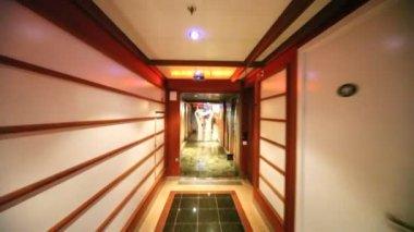 Movement along corridor through door in almost empty restaurant — Stock Video