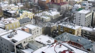 Roofs of houses are covered with white snow, time lapse — Stock Video