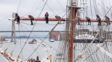 Sailors stand on ship mast during mooring on festival-regatta — Stock Video