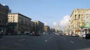 Stream of cars rushes on Kutuzovsky prospectus — Stock Video