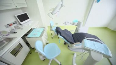 Dental surgery with tv set above chair and other equipment — Stock Video