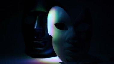 пара театральные маски черно-белые, освещенный свет цвета — Стоковое видео