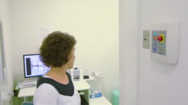 Nurse comes out of room and pushes button for x-ray photography — 图库视频影像