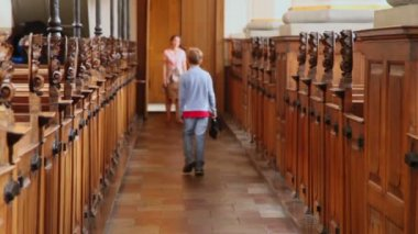 Boy walk away in church and mother wait behind — Stock Video