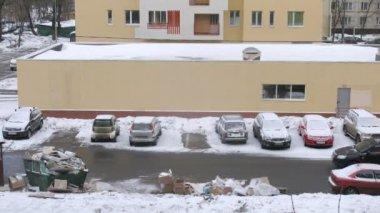 Autos gehen auf straße nahe müllkippe von müll und parken — Stockvideo