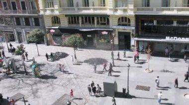 Tourists walk on Street Montera in Madrid — Stock Video