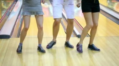 Two girls with one guy dance in bowling club — Stock Video