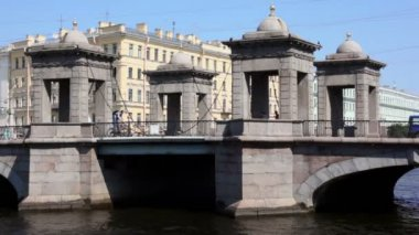 Traffic on Lomonosov bridge over river in Petersburg city — Stock Video