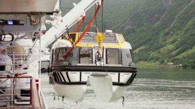 Kran hebt boot zu großen liner, arbeitnehmer nimmt es-haken für haken — Stockvideo