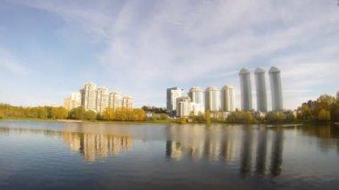 жилой комплекс воробьевы gorystands на берегу — Стоковое видео