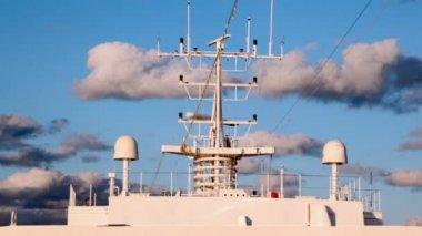 вращающиеся элементы радар и приемник плавающий корабль — Стоковое видео