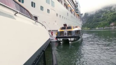 Float away from huge passengers liner on lake — Stock Video