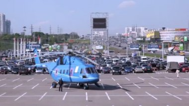 Helicopter stands on take-off platform with rotating screw — Stock Video