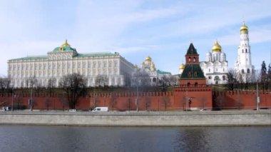 Carros ir na frente do kremlin no aterro kremlevskaya — Vídeo Stock