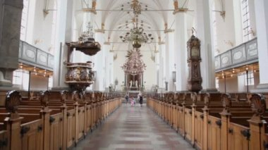 Paseo familiar en la iglesia santuario y balcón para la homilía — Vídeo de Stock
