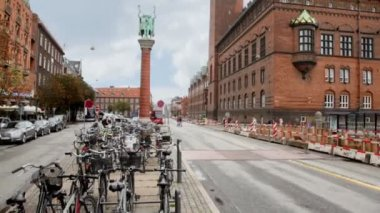 Panorama carriageway of city with parking of bicycles — Stock Video