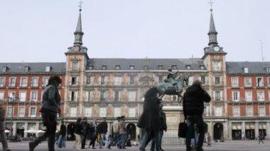 Tourists walk near statue of king Philippe III — Stock Video