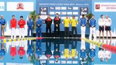 Athletes of man stand on pedestal on World FINA series — Stock Video
