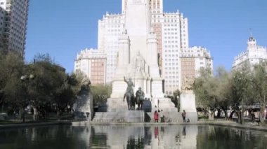Tourists walk near monument to Miguel de Cervantes — Stock Video