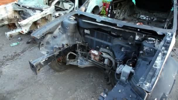 Varios vehículos desguazados en depósito de chatarra, que se muestra en movimiento — Vídeo de stock
