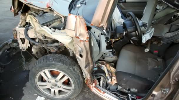Pocos vehículos desguazados después de accidente de coche soporte en yarda de la chatarra — Vídeo de stock