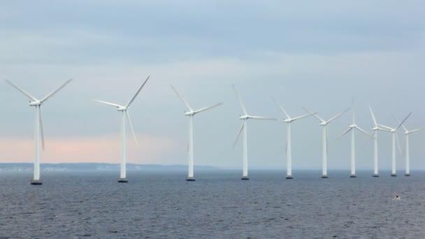Nombre d'éoliennes situé sur l'eau par temps nuageux — Vidéo