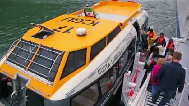 Varios pasajeros vienen al tablero de la nave de transporte — Vídeo de stock