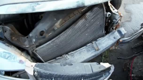 Dos coches abandonados se estrelló pararse en desguace — Vídeo de stock
