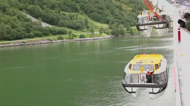 Passengers watch how crane lifts rescue boat with worker on it — Vidéo