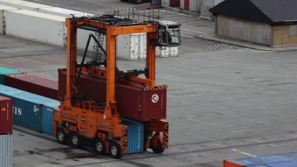 Reachstacker déplace un conteneur dans le port de copenhague — Vidéo