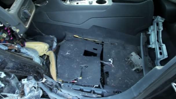 Cabina de auto abandonado tras accidente, vista de cerca en movimiento — Vídeo de stock