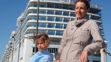 Mère et fille se tiennent aux côtés contre le paquebot — Vidéo