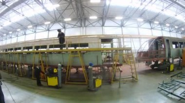 Welder welds roof on carriage in workshop of plant — Stock Video