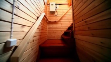 Empeine por escalera en casa de madera, que se muestra en movimiento — Vídeo de stock