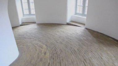 Dagsljus från fönster i spiral korridor med stenlagda golv — Stockvideo