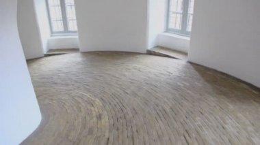 Luce naturale dalle finestre in corridoio a spirale con pavimento lastricato — Video Stock