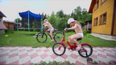 Garçon et fille monter sur vélo, autre course de garçon, le père fait kebab — Vidéo