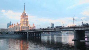 Traffic on Novoarbatsky bridge at quay with skyscrapers — Vídeo stock