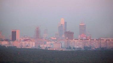 Paisaje con inacabado rascacielos de la ciudad de moscú complejos — Vídeo de stock