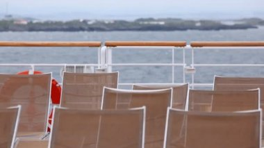 Chaise lounges stand on ship deck against sky and the horizon — Stock Video