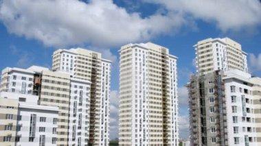 Nové stavby stojí proti modré obloze a mraky — Stock video