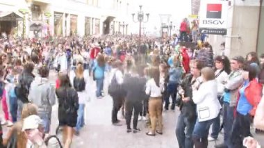 Throng of people go on Old Arbat on Parade of soap bubbles — Stock Video