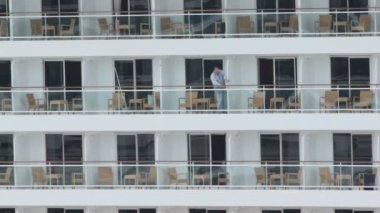 Worker closes partitions between balconies on cruiser — Video Stock