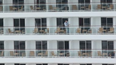Worker closes partitions between balconies on cruiser — Vídeo Stock