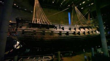Tourist walk around near old ship at Vasa Museum in Stockholm — Stock Video