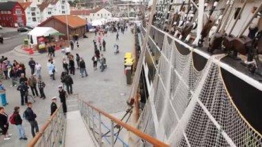 People walk on mooring near old sailing vessel Krusenstern — Stock Video