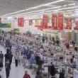 Buyers pay money in cash desks of superstore Auchan — Stock Video