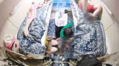 Familia de cuatro personas está en el compartimento de tren, lapso de tiempo — Vídeo de Stock